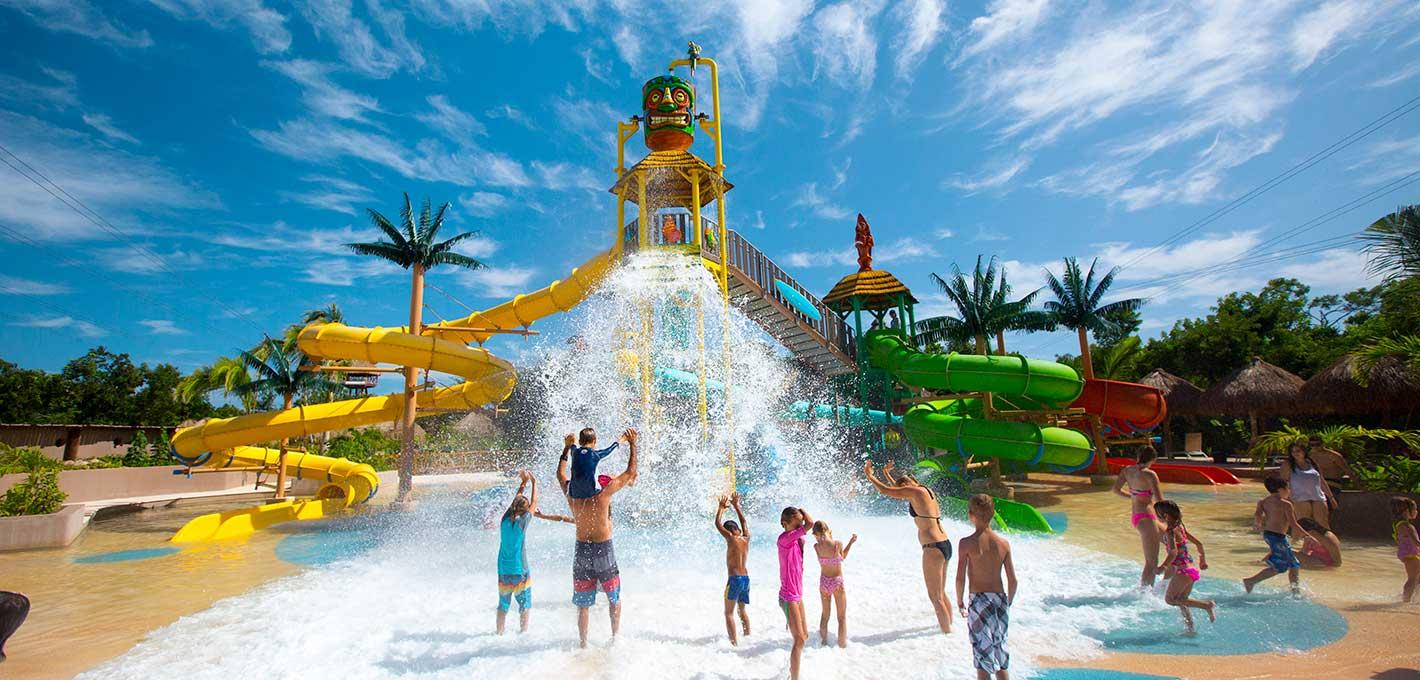Parque Maýa cuenta área con un área especial para niños con mini toboganes.