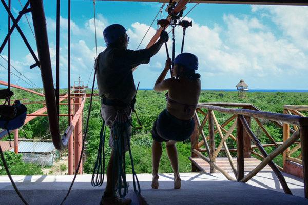 Vive la experiencia de una montaña rusa en una tirolsa con el Jungle Zip Coaster